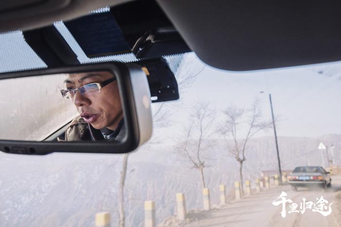 张韬开车赶往春台乡周家村收羊。摄影/王晓东