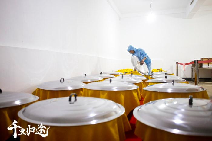 袁先斌的誉湘公司是当地规模最大的甜酒酿造企业,实现标准化量产后,每天能够稳定生产三吨左右的甜酒。 摄影记者胡军