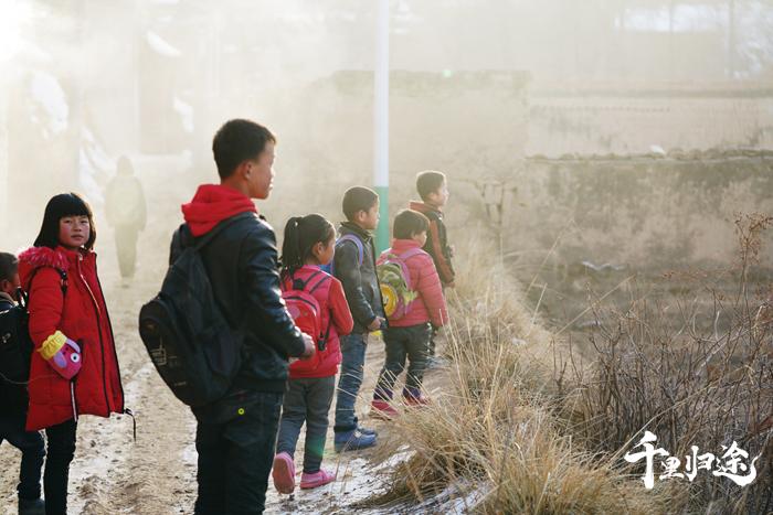 五家乡牛沟村,放学路上的孩子们,东乡教育发展比较落后,张韬认为,教育是东乡脱贫的关键。摄影/胡军
