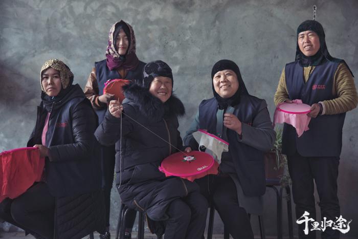 """今年,土本土刺绣工坊重点推进""""女匠十三秀""""计划,带出13个技艺精湛的绣娘,并用13种绣法完成一件刺绣作品。 摄影/王晓东"""