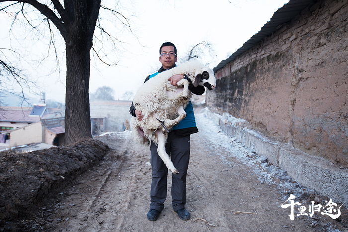 2018年4月,张韬带队的14人扶贫组扎根东乡,助力当地脱贫攻坚。摄影/王晓东