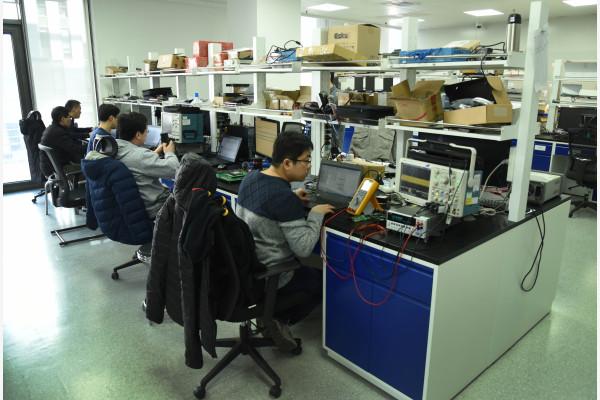 北京亦庄的一家公司的研发中心,技术人员正在忙碌。(图文无关) 新华社图