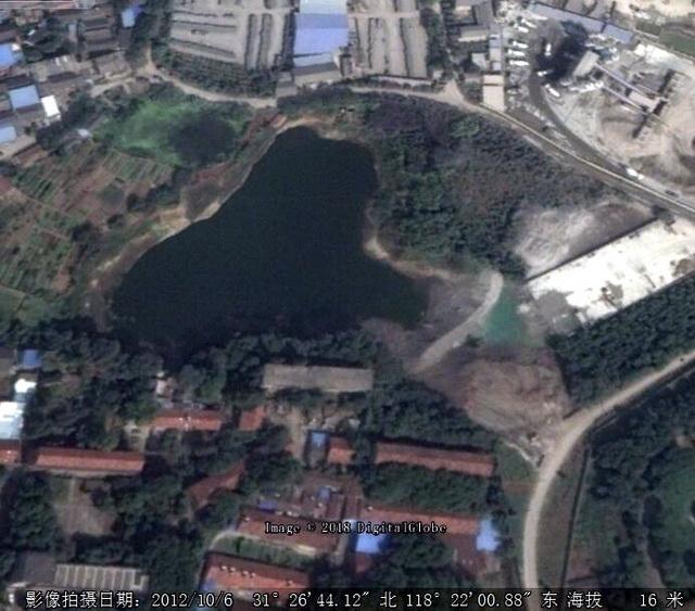 2012年10月卫星图片显示,水塘中已出现工业固废。资料来源:中央环保督察组