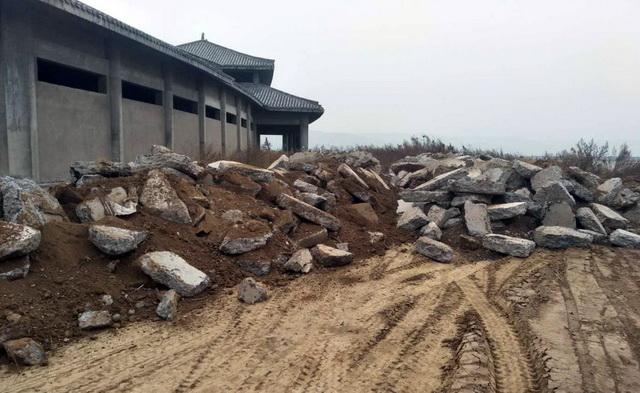 """""""回头看""""进驻发现洽旅公司现场倾倒建筑垃圾。资料来源:中央环保督察组"""