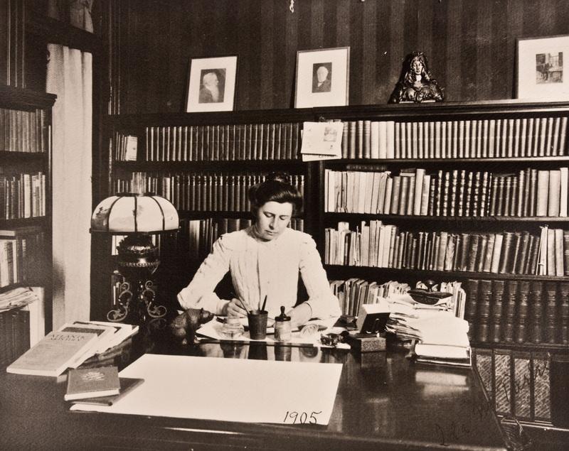"""艾达·塔贝尔是黑幕揭发运动中唯一的一位女性调查记者,被《纽约时报》评为美国""""12位伟大女性""""之一。"""