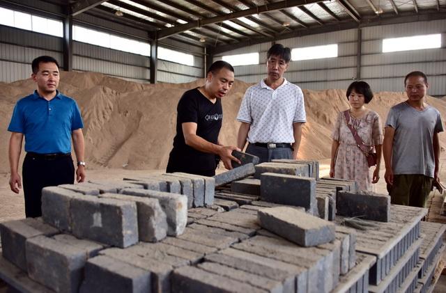 2018年8月25日下午,生态环境部派出的专项督查组在陕西省兴平市宇融建材有限公司检查。摄影/章轲