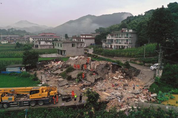6月18日,救援人员在长宁县双河镇搜救。新华社图