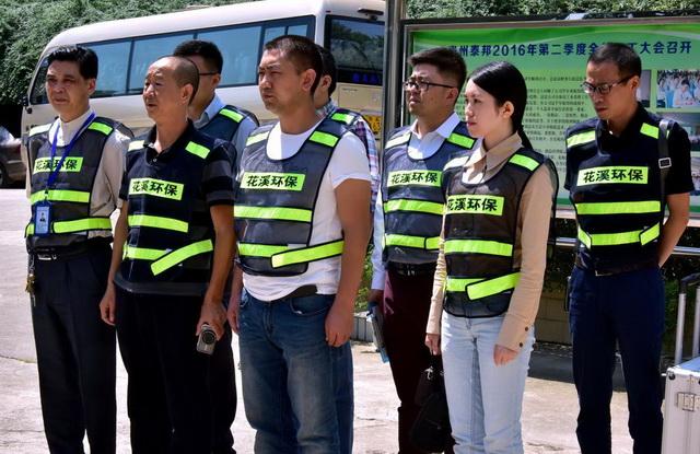 贵阳市花溪区的环保执法人员。摄影/章轲