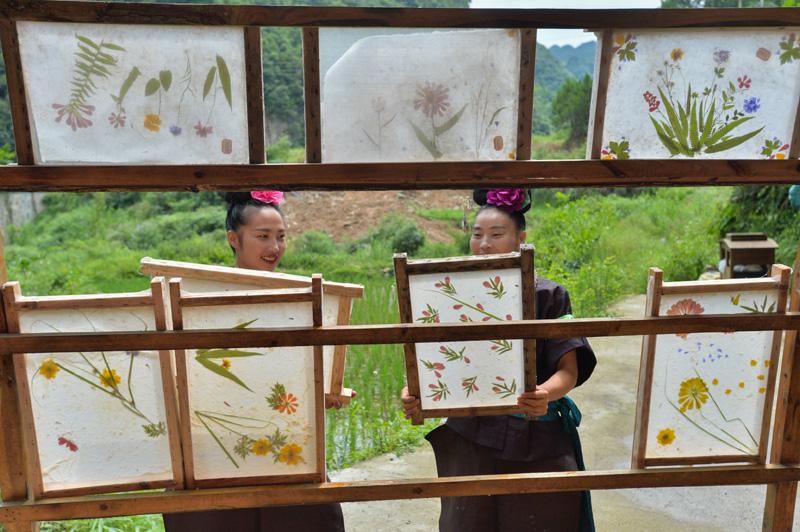 1998年,王兴武受苗族蜡染启发,将山间随意采摘的鲜花置入纸张中,形成彩色手工纸,逐渐畅销市场,成为当地代表性的工艺纸。  视觉中国图