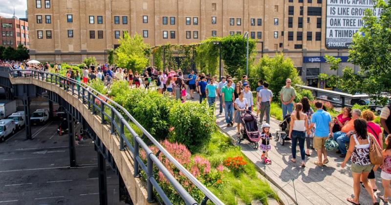 高线公园位于曼哈顿西侧第十大道南段,长2.3公里,悬空30英尺,连接着纽约22个街区。