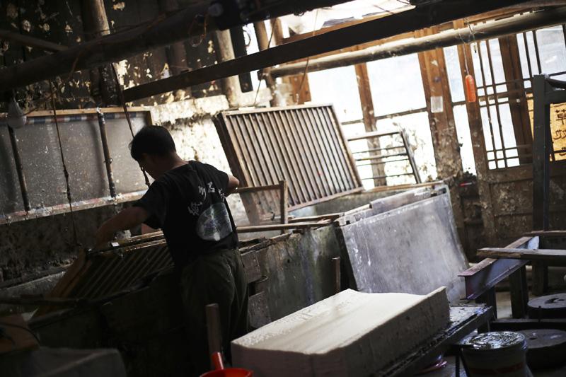 石桥古法造纸,从探构、河沤、蒸煮、拣料到抄纸、压纸、晒纸等几十多道工序均由人徒手而制。