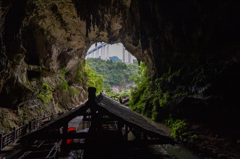 由于造纸水质非常关键,石桥村祖祖辈辈不少人家都在溶洞里造纸。  视觉中国图