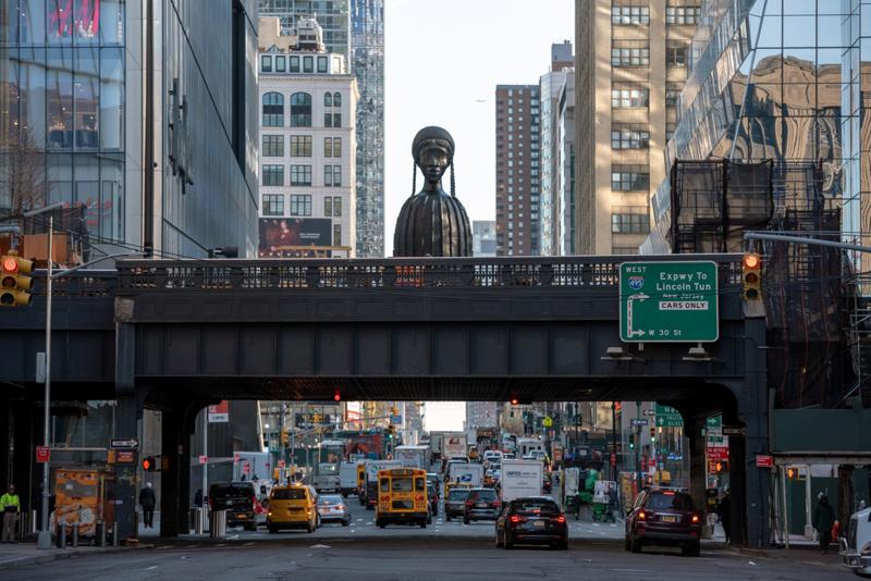 今年4月,纽约高线公园开放了新的公共艺术空间,由黑人女艺术家西蒙妮·李创作的一尊16英尺高的黑人女性青铜半身像