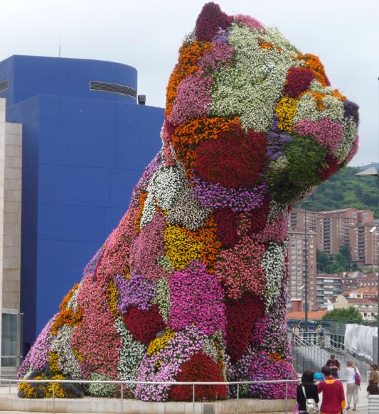 """伫立在毕尔巴鄂古根海姆博物馆外,由杰夫•昆斯设计的""""普利狗"""""""