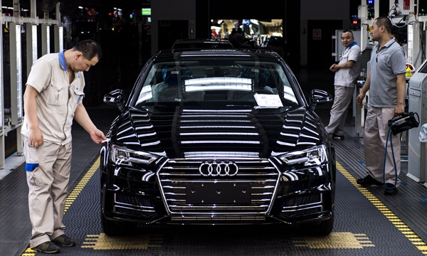 在位于吉林長春的一汽-大眾汽車有限公司轎車一廠總裝三車間內,職工對車輛進行出廠前檢測(7月9日攝)。新華社