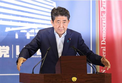 """安倍晋三急需一个""""稳定""""的内阁来完成还剩两年的首相任期。"""