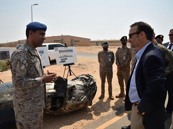 9月5日,在沙特首都利雅得,美國負責近東事務的助理國務卿戴維·申克爾(右)參觀一處軍事設施。新華社