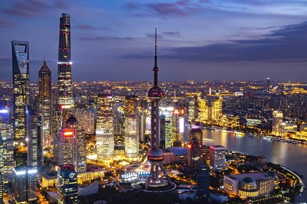 上海夜色璀璨,夜晚旅游也在不斷升級。新華社資料圖