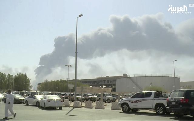 位于布蓋格的沙特阿美石油公司的石油設施14日起火后冒出濃煙。新華社