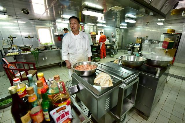 """""""炒""""是中式餐饮服务单位使用最频繁的烹饪方式,也是油烟产生的主要来源方式。摄影/章轲"""