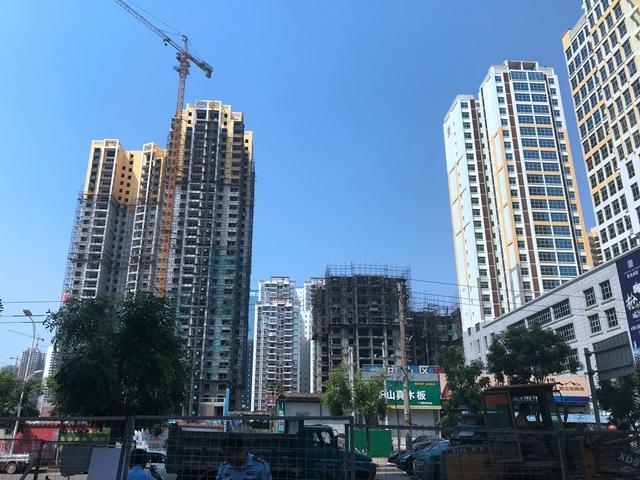 市区中心伏波路美食街旁便是在建的楼盘 吴俊捷摄