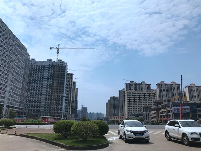 防城港北高铁站附近的茶山路满是楼盘 吴俊捷摄