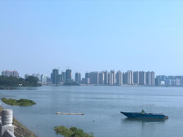 新城区港口区海湾边上的在建楼盘 吴俊捷摄