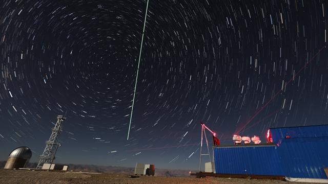 """""""墨子号""""量子科学实验卫星过境,科研人员在做实验 新华社图"""