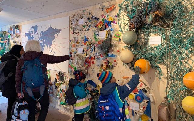 """""""纯净挪威""""在奥斯陆市中心展示志愿者们搜集到的部分海洋垃圾,吸引市民驻足。"""