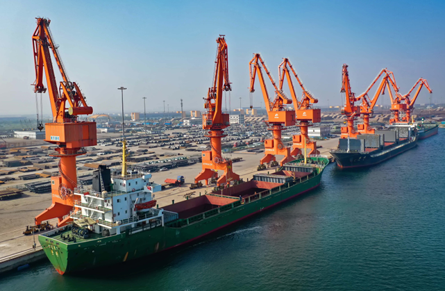 轮船靠泊在中国(河北)自由贸易试验区曹妃甸片区内的文丰码头装卸货物