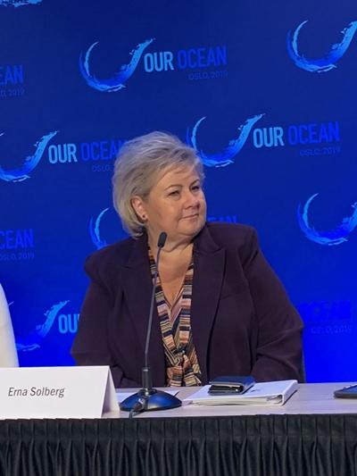 """挪威首相埃尔娜·索尔伯格(Erna Solberg)出席""""我们的海洋""""大会新闻发布会。"""
