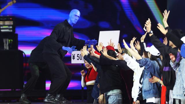 即兴表演和与观众互动是《蓝人秀》的特色,这背后是非常精密的规范和标准   摄影/任玉明