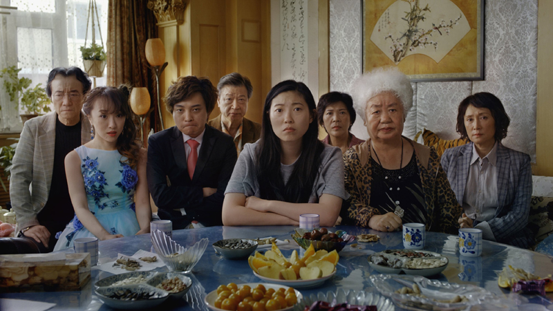 影片中,被奶奶带大的比莉6岁去美国之后,很少有机会回国,当她听闻最爱的奶奶癌症晚期时,强忍着悲伤,配合家人的善意谎言,制造一场堂弟的假婚礼。