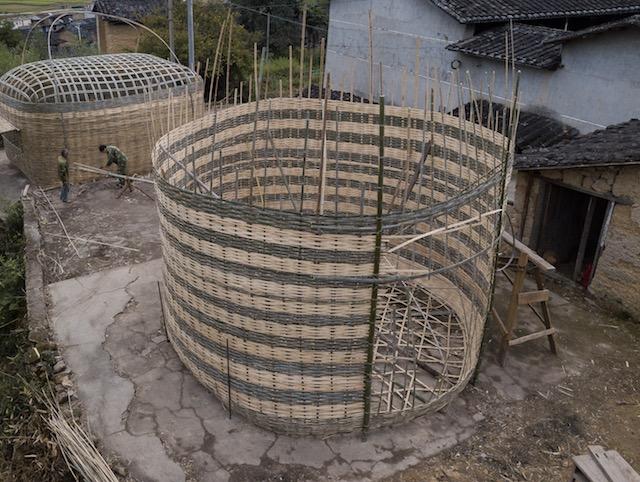 """艺术家曾焕光的作品""""鸡笼鸭笼""""是学习了当地的竹编工艺后创作的。作品由九龙村的工匠制作完成    供图/丁枫"""