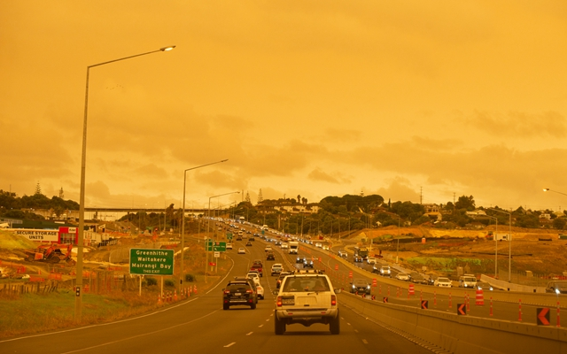 澳大利亚大火烟尘近期影响到新西兰北岛北部 。图为1月5日,新西兰的奥克兰天空昏黄。