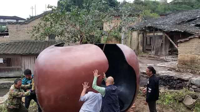 艺术家沈也在村民的帮助下安装作品    供图/丁枫