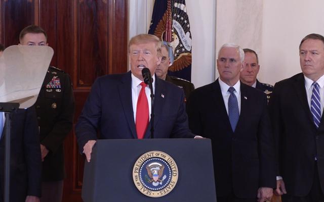 8日,美国总统特朗普(中)在华盛顿白宫发表电视讲话。