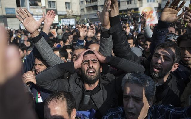 6日,在伊朗首都德黑兰,伊朗民众为苏莱曼尼送行。