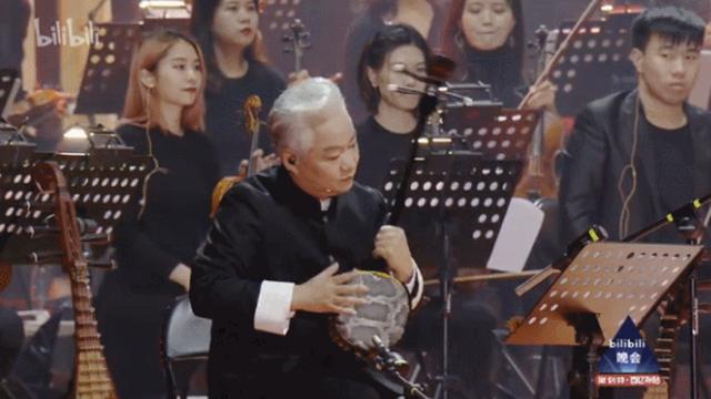 """交响乐团与方锦龙长达11分钟的""""PK""""式表演成为晚会中最经典的一幕"""