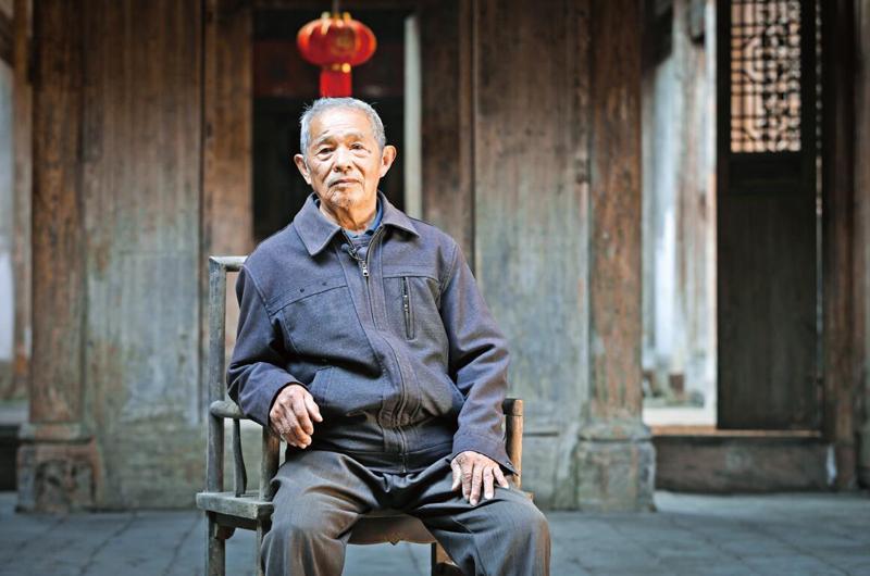 邹承国退休后回到洲湖村,仍在古屋内生活