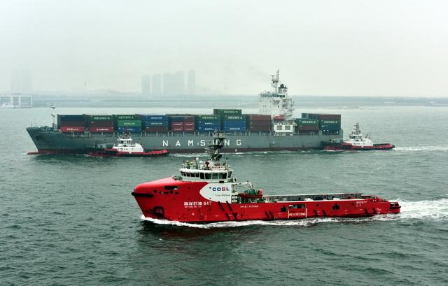 中国海洋石油作业船。摄影/章轲