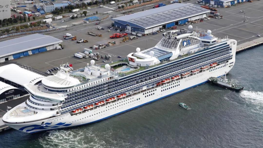 △ 2 月 6 日,钻石公主号邮轮停泊在日本横滨港。图片来源 | 美联社