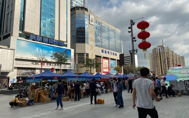 """""""电子第一街""""华强北近日恢复了不少人气(摄于2月29日)。段倩倩/摄"""