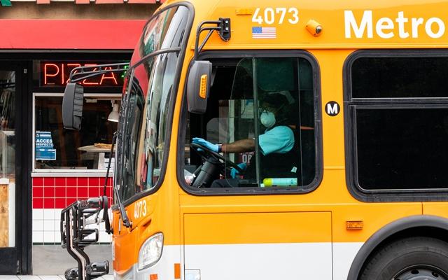3月20日,在美国加利福尼亚州洛杉矶,公交车驾驶员戴着口罩。新华社