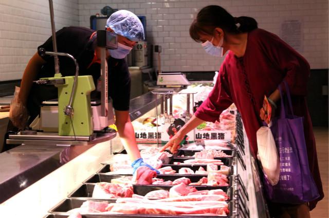 8月10日,消费者在河北省邯郸市一家超市选购肉类。新华社图。