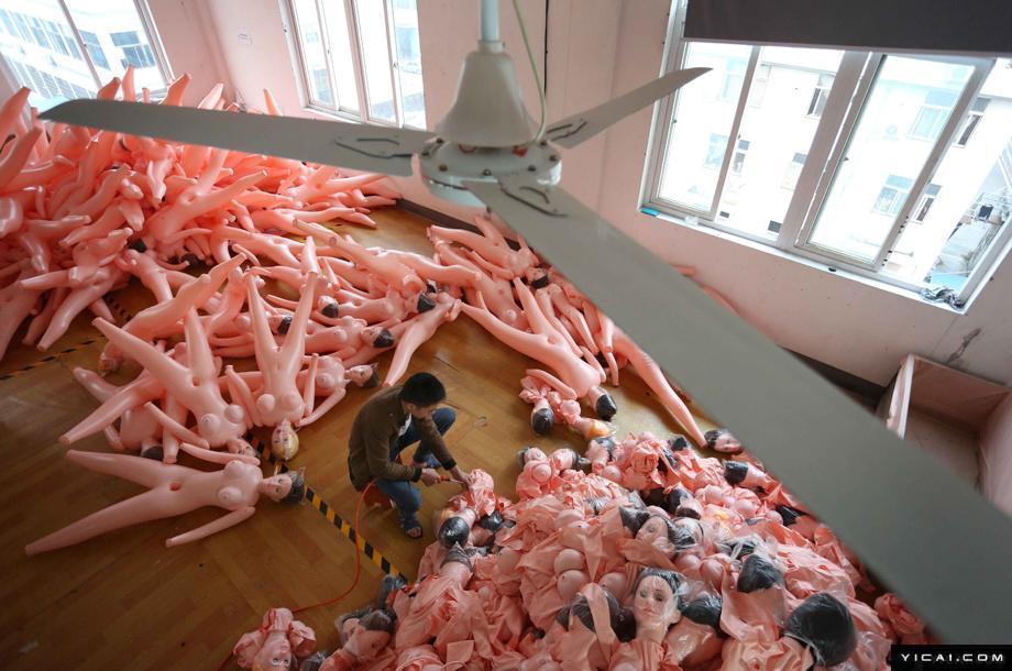 摄影师探访充气娃娃加工厂