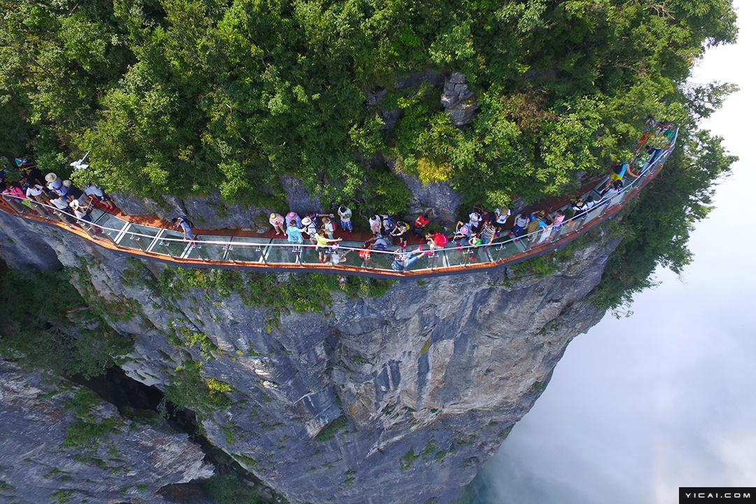1 6 8月1日,湖南省张家界市天门山风景区第三条玻璃栈道——盘龙崖
