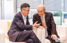 图为vip室,第一财经周健工总经理和锂电池发明者吉野彰博士。