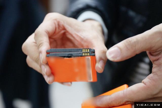 近日,深圳警方在小米的配合下一举捣毁在京东销售假冒手机配件窝点,现场查获假冒手机壳和电池共计7600余件,其中包含4000余件假冒小米手机壳和122块假冒小米手机电池。图为现场查处的假冒电池,部分出现了鼓包等现象。照片中的电池因为外壳变相,其最外层包装出现了分离现象。