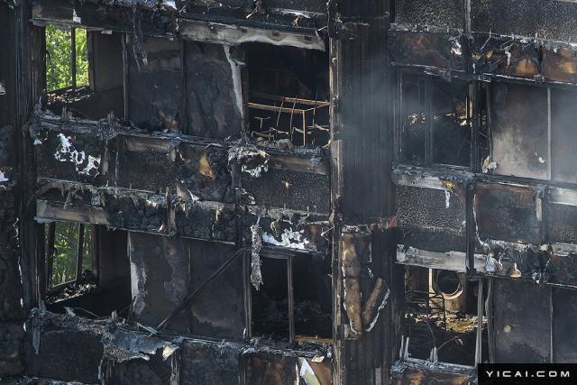 当地时间2017年6月15日,英国伦敦,火灾后的公寓楼。6月14日凌晨,伦敦西部一栋24层公寓塔楼起火,伦敦消防局出动了至少45辆消防车和200名消防员进行扑救。英国广播公司(BBC)6月15日援引警方最新消息称,大火死亡人数增至17人,警方预计该数字还会继续攀升。